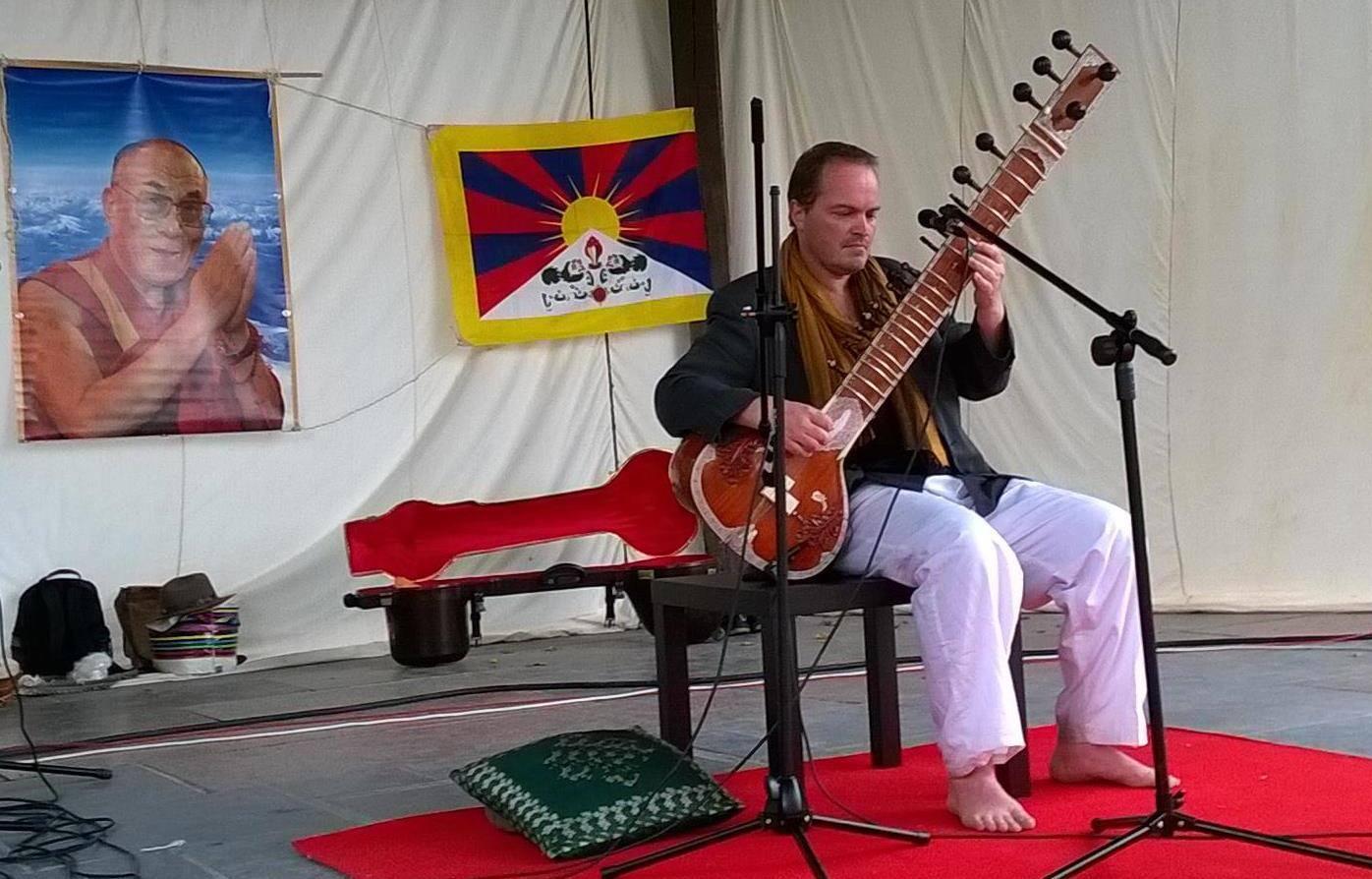 Joachim Lacrosse jouant du Sitar lors de la 5ème édition du Festival Culturel du Tibet